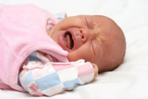 малыш плачет от колик
