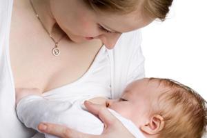 Мама кормить малыша