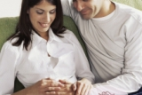 мужчина и женщина радуются беременности