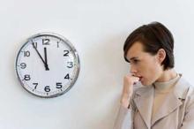 женщина ожидает менструацию