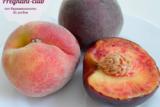 Три персика на тарелке